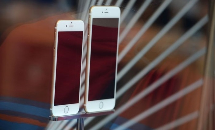 (Files) File photo dated September 19, 2014 shows the iPhone 6 and 6 Plus on display at the Apple store in Pasadena, California. Apple apologized December 28, 2017 to its customers for slowing down performance of older iPhone models and said it would discount replacement batteries for some of its handsets. The move by Apple responded to an uproar from iPhone users -- and a series of lawsuits -- after news of the battery problems stoked concerns the company was unfairly nudging consumers to upgrade.Apple said it was reducing the price of an out-of-warranty iPhone battery replacement from $79 to $29 for anyone with an iPhone 6 or later whose battery needs to be replaced, starting in late January through December 2018. The company said it also would issue a software update to make it easier for customers to see if an aging battery is affecting performance. / AFP / ROBYN BECK