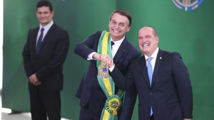 O presidente Jair Bolsonaro empossa o ministro da Casa Civil, Onyx Lorenzoni, durante cerimônia de nomeação dos ministros de Estado, no Palácio do Planalto. (Reprodução)