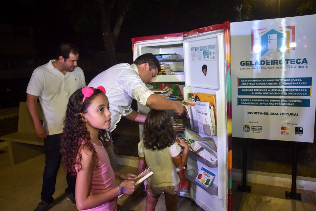 Marcelo Palmeira entrega geladeiroteca na Praça Dênis Agra, no Conjunto Santo Eduardo. Foto: Marco Antonio/Secom Maceió.