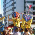 Bloco Maluco Beleza arrasta multidão em desfile no Farol