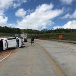 Capotamento deixa duas pessoas feridas na BR-101