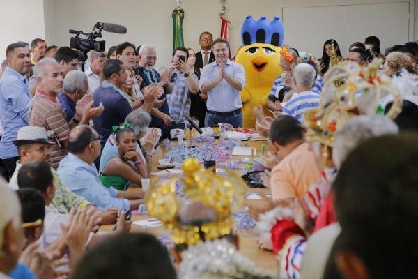 Anúncio foi comemorado no ritmo do frevo, do samba e do maracatu, batuques e acordes executados pelos blocos e outras agremiações que lotaram o Salão de Despachos do Palácio República dos Palmares. (Foto: Márcio Ferreira)