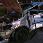Caminhão avança semáforo, colide em veículo de aplicativo e condutor foge