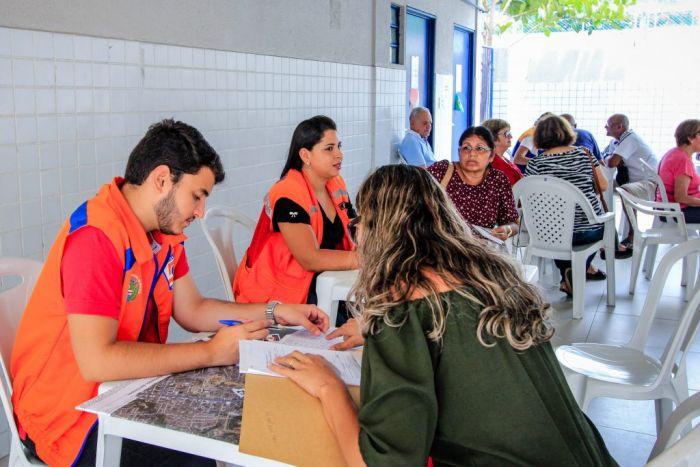 Semas e Defesa Civil trabalham em conjunto no atendimento aos moradores do Pinheiro. (Foto: Pei Fon/ Secom Maceió)