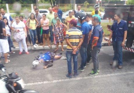 Motoqueiro morre atropelado por caminhão na Avenida Durval de Góes Monteiro (Cortesia)