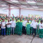 Marcelo Palmeira comemora Abril Verde com garis de Maceió