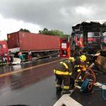 Acidente entre ônibus e carreta na BR 316, em Satuba, deixa três feridos