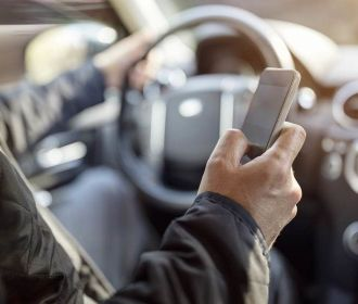 Um em cada cinco brasileiros dirige usando o celular