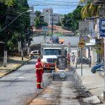 Rui Palmeira vistoria obra de recapeamento no Ouro Preto