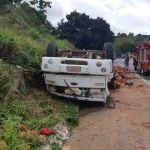 Caminhão de carga de tijolos tomba e deixa ocupante ferido