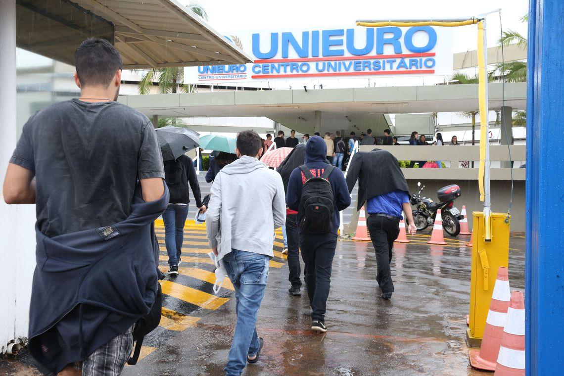 Estudantes chegam à faculdade Unieuro, em Brasília, para a realização da prova do Enade.
