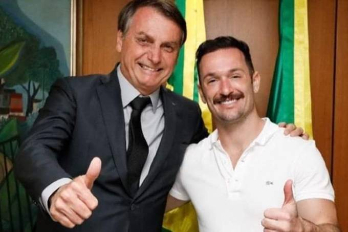 O atleta olímpico Diego Hypolito ao lado do presidente da República Jair Bolsonaro (Redes Sociais/Reprodução)