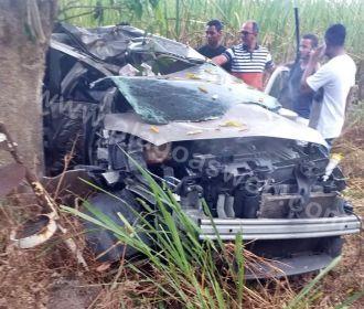 Mulher morre após colidir carro contra árvore na AL-105...
