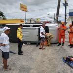 Caminhonete com cinco turistas tomba no Farol após colisão