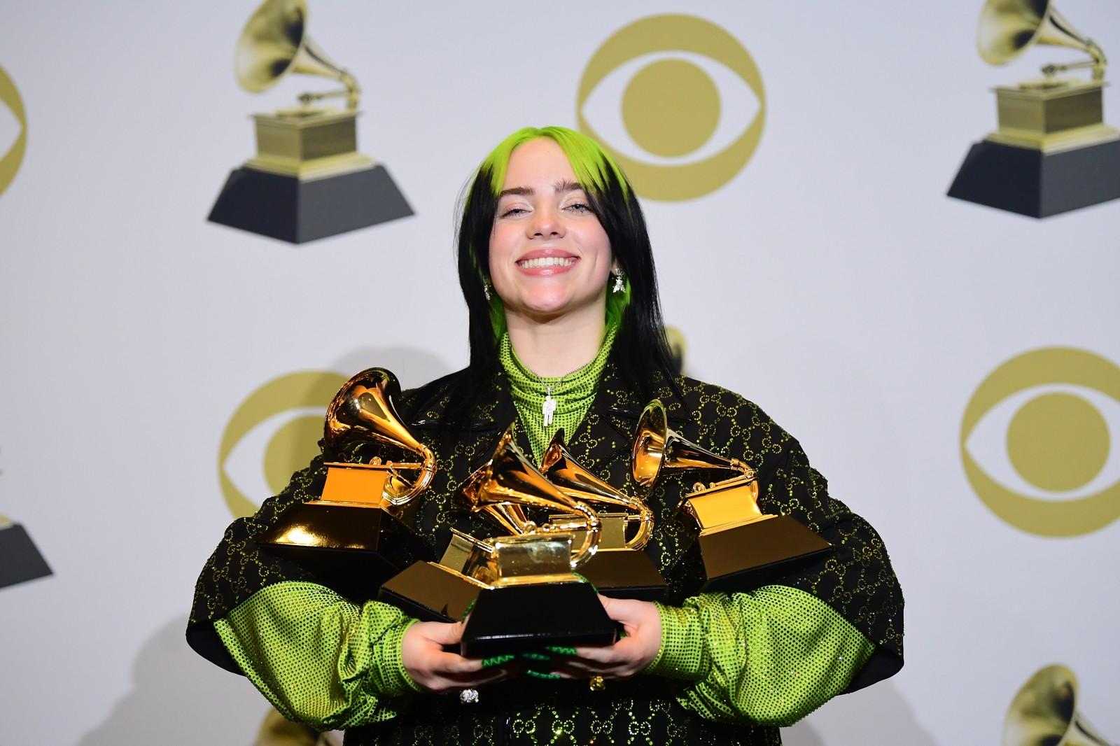 Billie Eilish leva quatro principais estatuetas da premiação. (Foto: FREDERIC J. BROWN / AFP)