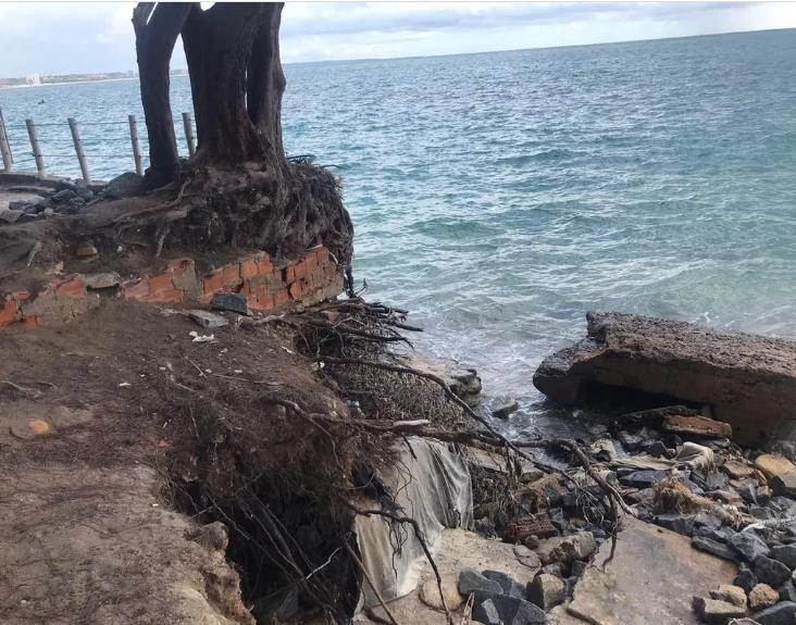 Parte da ciclovia e da barragem da praia de Ponta verde foram destruídas pelo mar.