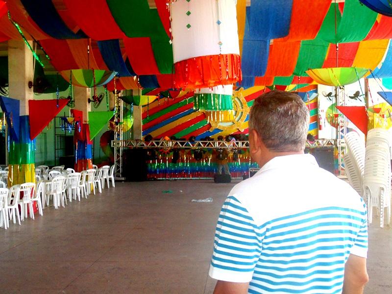 O olhar de saudade do Comodoro Moacir Albuquerque ao ver os preparativos do último Baile. Fotos: João Lemos.