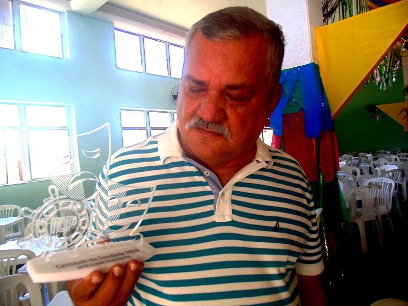 Moacir Albuquerque segura um dos troféus que serão entregues aos homenageados. Fotos: João Lemos.