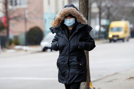 Mulher usa uma máscara em Chicago, nos Estados Unidos, após o surto do novo coronavírus. Foto: REUTERS/Kamil Krzaczynski/direitos reservados