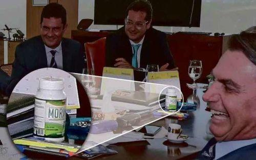 O frasco com os dizeres de Moringa na mesa presidencial: flagrante no dia do ''sim'' da atriz Regina Duarte ao convite para a Secretaria Especial de Cultura (foto: Marcos Correa/PR)