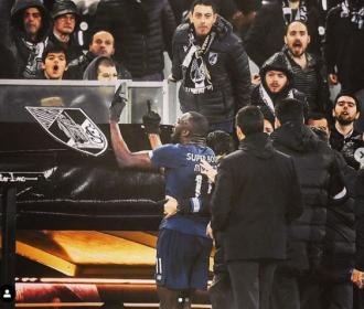 Jogador de futebol do Porto é vítima de racismo e aband...