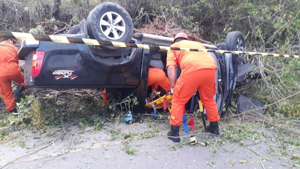 Carro capotou na AL-101 em Maragogi, AL - Foto: Divulgação/Ascom BPRv