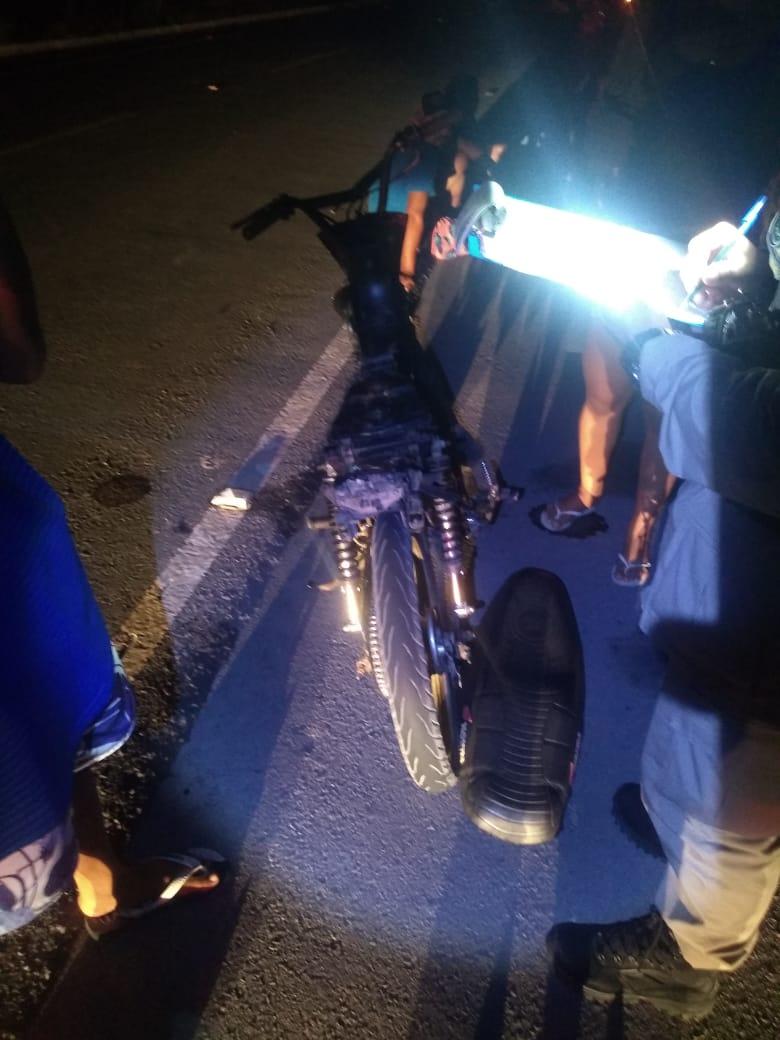 Vítima consertava sua motocicleta quando foi atingida por carro, em Roteiro, Alagoas - Foto: Divulgação/BPRv