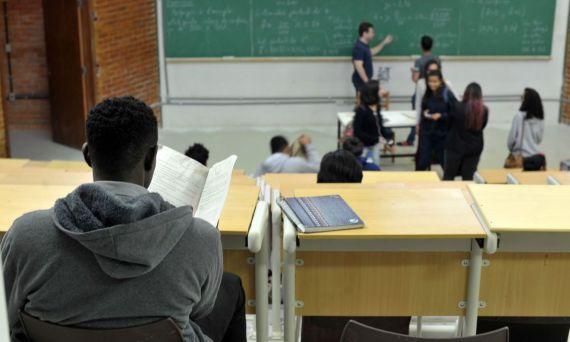 UnB foi a primeira universidade federal a adotar sistema de cotas raciaisUnB reserva vagas para negros desde o vestibular de 2004  Percentual de negros com diploma cresceu quase quatro vezes desde 2000, segundo IBGE