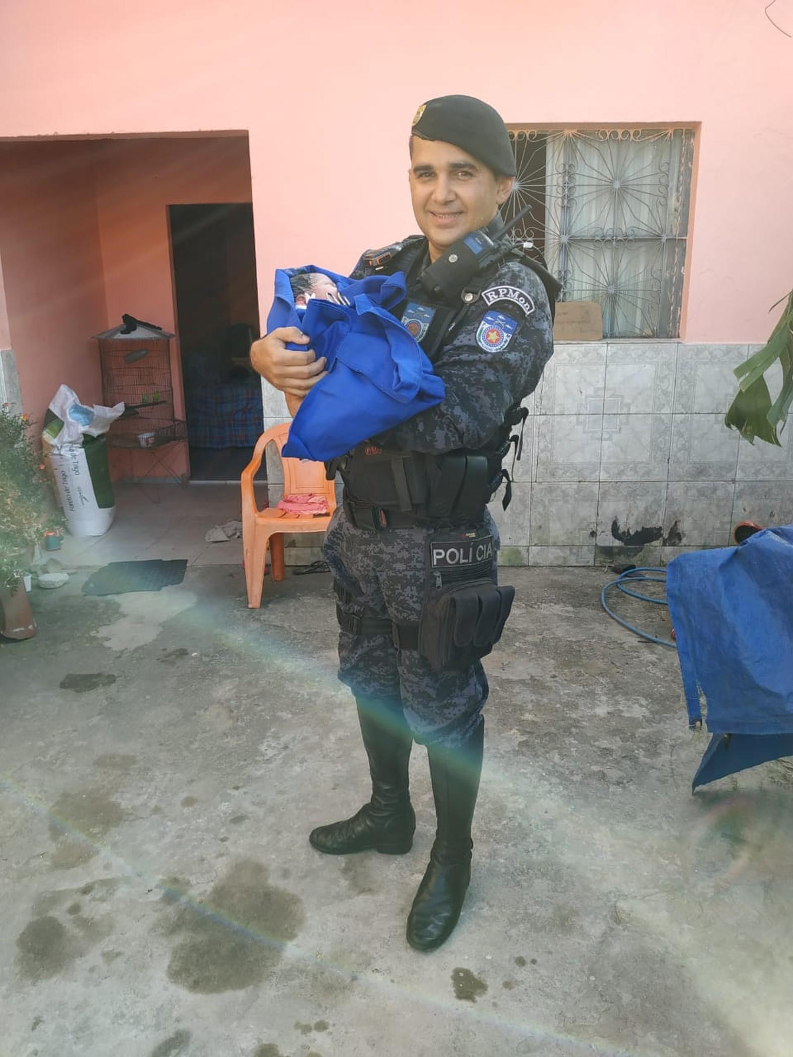 Cabo Rodrigues com a menina recém-nascida Edvânia, no conjunto Village Campestre II, em Maceió - Foto: PM-AL