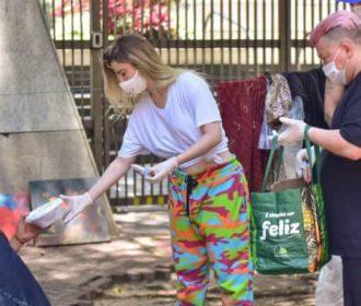 Fernanda Keulla distribui marmitas a moradores de rua: 'Forma de doar tempo e amor'