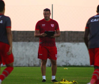 Ramon não resiste à derrota para o Paraná e Roberto Fernandes volta ao comando técnico do CRB