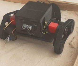 Estudantes projetam robô para retirar pequenos lixos da areia da praia