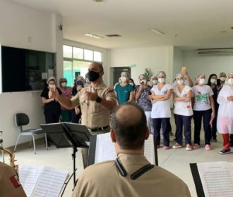 Banda de Música da PM homenageia enfermeiros do HE do Agreste