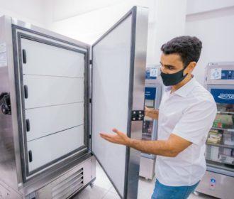 Prefeito JHC entrega ultracongeladores para Central de Frio de Maceió