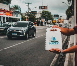 Para diminuir lixo nas ruas, Previne Maceió distribui 15 mil lixeiras para carro