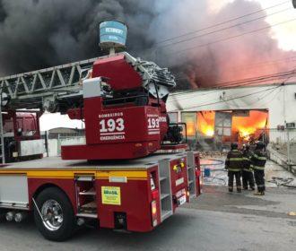 Fábrica de colchões é atingida por incêndio em Maceió; veja vídeo