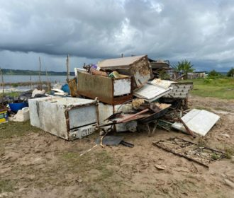 Em parceria com pescadores, prefeitura do Pilar retira toneladas de lixo da lagoa Manguaba