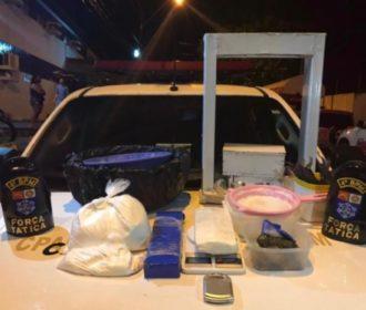 PM prende suspeito e fecha refinaria de drogas em Maceió