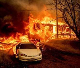 Maior incêndio florestal da Califórnia atinge cidade histórica