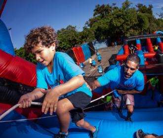 Circuito de obstáculos infláveis gigantes para adultos e crianças chega a Maceió